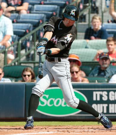 ブレーブス戦の3回、右中間に適時三塁打を放つマーリンズのイチロー。日米通算115三塁打でプロ野球記録に並んだ=アトランタ(共同)