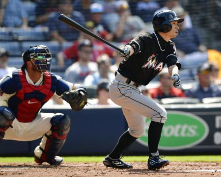 ブレーブス戦の3回、右中間に適時三塁打を放つマーリンズのイチロー。プロ野球記録の115三塁打に日米通算で並んだ=アトランタ(共同)