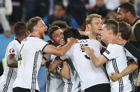 イタリアとのPK戦を制し、喜ぶドイツの選手たち=2日、ボルドー(AP=共同)