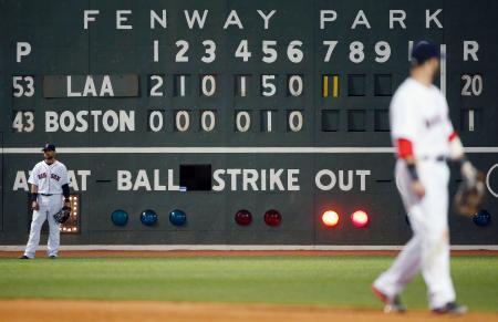 レッドソックスがエンゼルス相手に5回までに9失点、7回に11失点したことを示すスコアボード=ボストン(AP=共同)