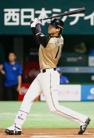 1回日本ハム無死、大谷が右中間に先制の先頭打者本塁打を放つ=ヤフオクドーム