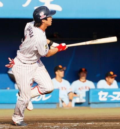 7回ヤクルト無死一塁、山田が左越えに逆転2ランを放つ=秋田