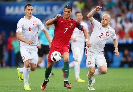 準決勝に進んだポルトガルのロナルド(中央)=6月30日、マルセイユ(ゲッティ=共同)