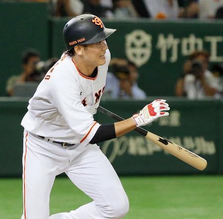 6回巨人1死一、二塁、坂本が投手への先制内野安打を放つ=東京ドーム