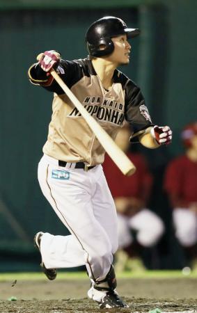 7回日本ハム1死満塁、西川が中越えに勝ち越しの2点二塁打を放つ=荘内銀行・日新製薬スタ