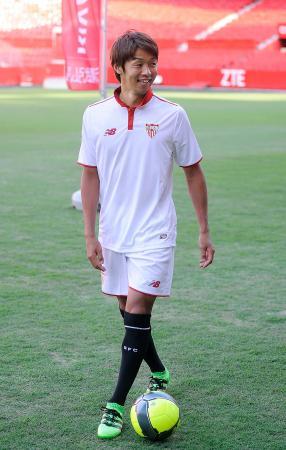 5日、サッカーのスペイン1部リーグ、セビリアに入団し、取材に応じる清武(セビリア提供・共同)
