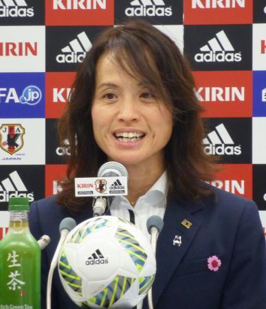 サッカー女子日本代表メンバーを発表する高倉監督=6日、東京都文京区