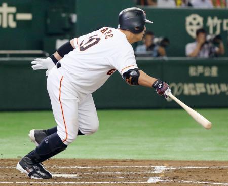 6回巨人1死満塁、阿部が中前に勝ち越し2点打を放つ=東京ドーム