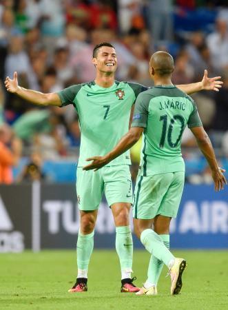 ウェールズを破り、喜ぶポルトガルのロナルド(左)=リヨン(AP=共同)