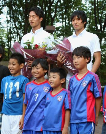 東京都小平市役所を表敬訪問し、写真に納まるサッカー男子の中島(後列右)と室屋=7日午後