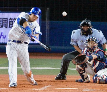 6回DeNA無死一、二塁、筒香が中越えに逆転3ランを放つ。捕手中村=横浜