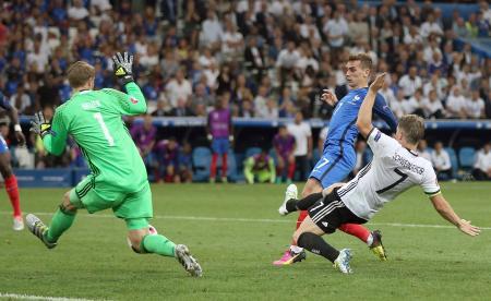 2点目を決めるフランスのグリーズマン(右奥)。GKノイアー=マルセイユ(UPI=共同)