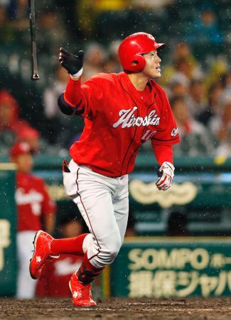 8回広島2死満塁、代打岩本が右中間に走者一掃の三塁打を放つ=甲子園