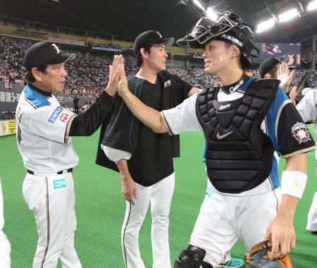 12連勝で2位に浮上、2本塁打の大野(右)とハイタッチをする日本ハム・栗山監督=札幌ドーム