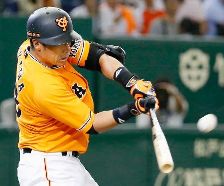 7回巨人2死満塁、代打相川が走者一掃の勝ち越し二塁打を右越えに放つ=東京ドーム