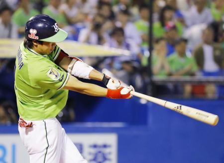 7回ヤクルト無死一塁、山田が通算100本塁打となる2ランを左中間に放つ=神宮