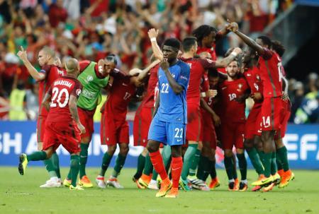 フランスを破り優勝を決め、喜ぶポルトガルイレブン=サンドニ(AP=共同)