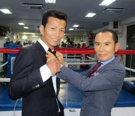 世界初挑戦が決まったIBFスーパーバンタム級1位の和気慎吾(左)と片岡鶴太郎さん=6日、東京都板橋区の古口ジム