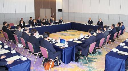2020年の東京五輪の大会期間中に公式戦を中断する方針が確認されたプロ野球のオーナー会議=11日午後、東京都内のホテル