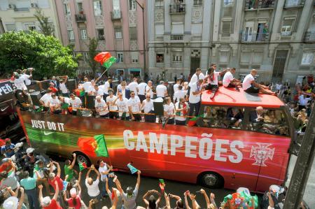 サッカーの欧州選手権で優勝し、リスボン市内をパレードするポルトガルの選手ら(AP=共同)