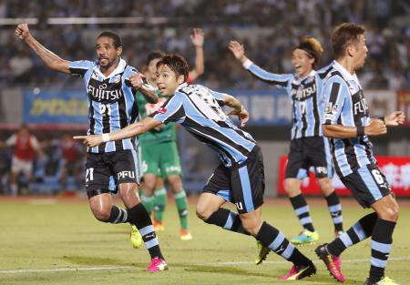 川崎―新潟 試合終了間際、決勝ゴールを決め駆けだす川崎・小林(中央)=等々力