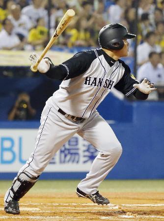 11回阪神2死二、三塁、左中間に勝ち越しの2点二塁打を放つ福留=神宮