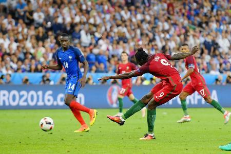 フランス戦の延長後半、決勝ゴールを決めるポルトガルのエデル(中央)=サンドニ(AP=共同)