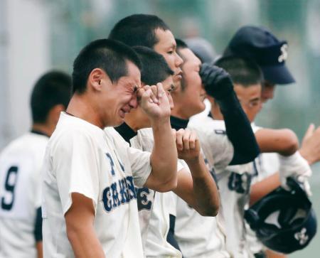 全国高校野球選手権大阪大会の2回戦で敗れ、涙を流すPL学園ナイン=15日、大阪府東大阪市の花園中央公園野球場