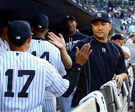 チームメートを迎えるヤンキース田中=15日、ニューヨーク(ゲッティ=共同)