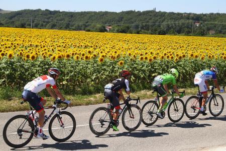 ツール・ド・フランス、第14ステージで力走する選手たち=16日、フランス・モンテリマール(ゲッティ=共同)