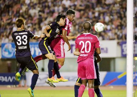 広島―横浜M 前半、ヘディングで先制ゴールを決める横浜M・ファビオ(左から3人目)=Eスタ