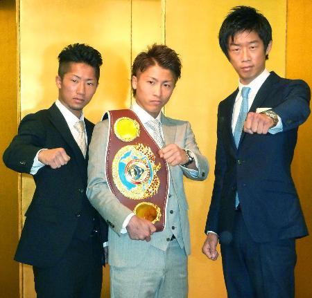 ポーズをとるWBOスーパーフライ級王者の井上尚弥(中央)。右はプロデビュー戦に臨むロンドン五輪銅メダリストの清水聡=18日、東京都内のホテル