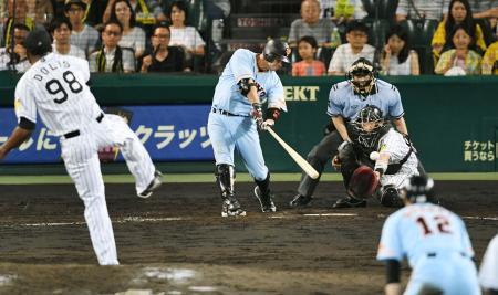 9回巨人2死二塁、阿部が左前に決勝打を放つ。投手ドリス、捕手原口=甲子園