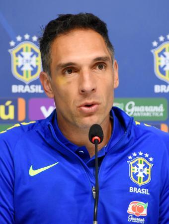 記者会見するサッカー男子ブラジル代表のGKプラス=18日、ブラジル・テレゾポリス(共同)