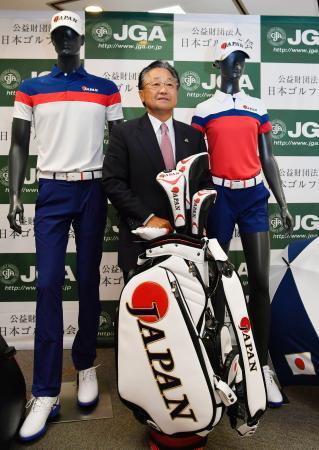 リオ五輪ゴルフ日本代表の公式ウエアを披露する倉本昌弘氏=19日午後、東京都港区