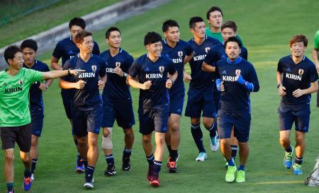 リオ五輪へ向けた合宿がスタートし、調整する興梠(右から2人目)ら日本代表イレブン=千葉県内