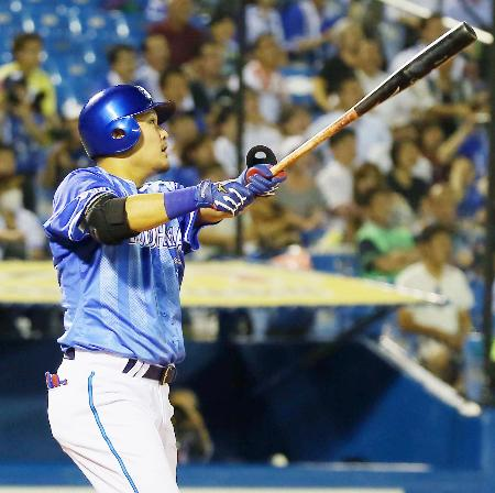 9回DeNA1死、筒香が右中間に、この試合2本目の本塁打となる勝ち越しソロを放つ=神宮