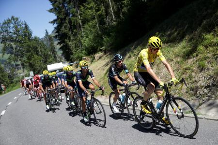 ツール・ド・フランス第17ステージを競う選手たち=20日、フィンハウト・エモッソン(ゲッティ=共同)