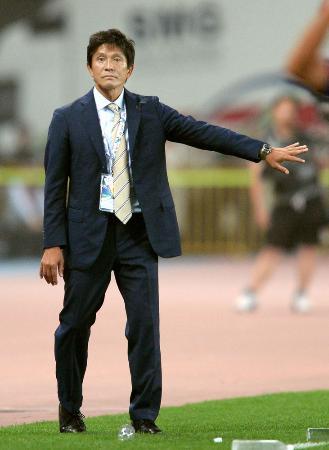今年5月に行われたアジア・チャンピオンズリーグ決勝トーナメント1回戦・上海上港戦の後半、指示を出すFC東京・城福監督=上海(共同)