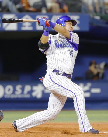 12回DeNA1死、筒香が右越えに、3試合連続の1試合2本塁打となるサヨナラ本塁打を放つ=横浜