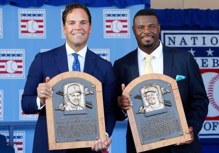 米国の野球殿堂入り式典で、表彰を受けたマイク・ピアザ氏(左)とケン・グリフィー氏=クーパーズタウン(ゲッティ=共同)