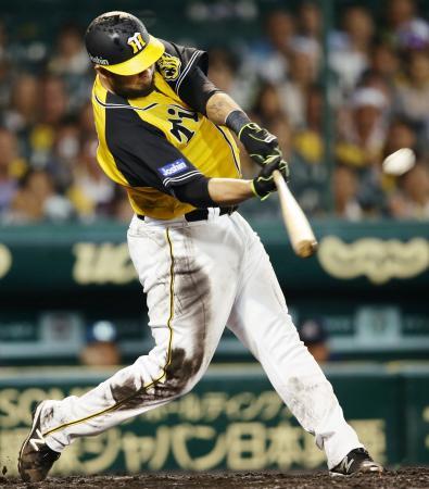 8回阪神1死一塁、ゴメスが中越えに勝ち越し2ランを放つ=甲子園