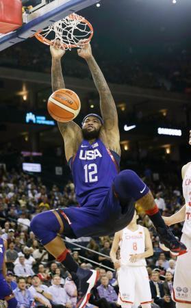 中国代表との練習試合でダンクシュートを決めるバスケットボール米国代表のデマーカス・カズンズ=オークランド(AP=共同)