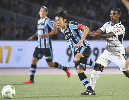 川崎―FC東京 後半、パスを出す川崎・中村(左)=等々力