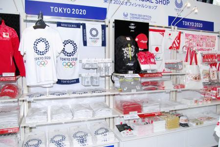 東京大会のエンブレムを使ったTシャツやタオルが並ぶ=東京・銀座の「東京2020オフィシャルショップ」