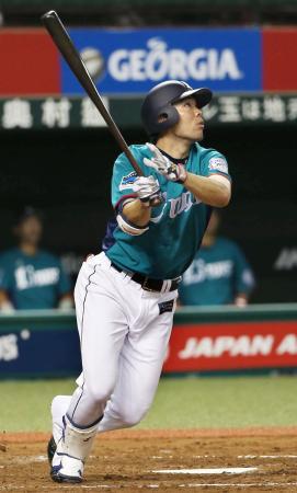 7回西武2死、秋山がこの試合2本目となる本塁打を右越えに放つ=西武プリンスドーム
