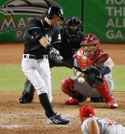 カージナルス戦の7回、代打で右翼線に二塁打を放つマーリンズのイチロー。メジャー通算3千安打まであと2とした=マイアミ(共同)