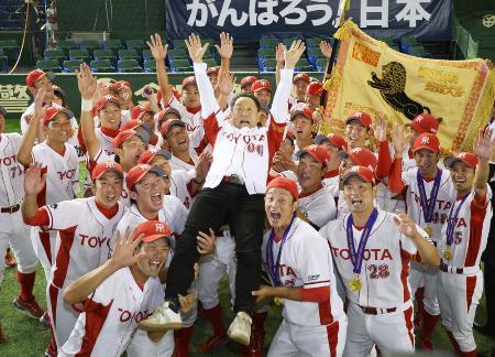 初優勝を決め、ナインに胴上げされるトヨタ自動車の豊田章男社長(中央)=東京ドーム