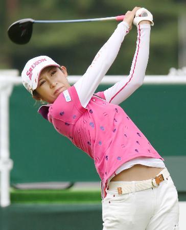 第1日、10番でティーショットを放つ金田久美子。4アンダーで首位=鳴沢GC