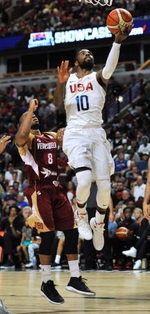 ベネズエラ代表との練習試合でシュートするバスケットボール男子米国代表のアービング=シカゴ(AP=共同)